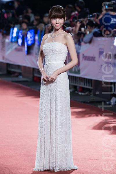 郭雪芙一襲白色壓紋蕾絲禮服,清秀甜美。(陳柏州/大紀元)