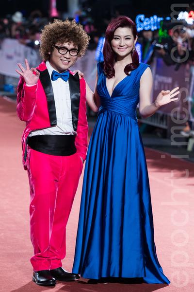 Selina(任家萱,右)穿著寶藍色深V抓皺禮服。(陳柏州/大紀元)