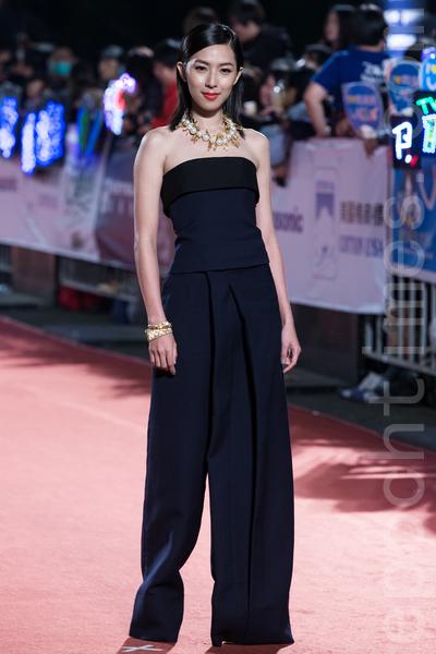 林辰唏以黑色平口連身褲搭配珍珠項鍊,展現俐落率性。(陳柏州/大紀元)
