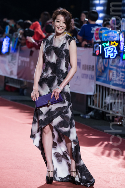 賴雅妍以黑白蝴蝶圖紋禮服,流露動人輕熟女氣息。(陳柏州/大紀元)