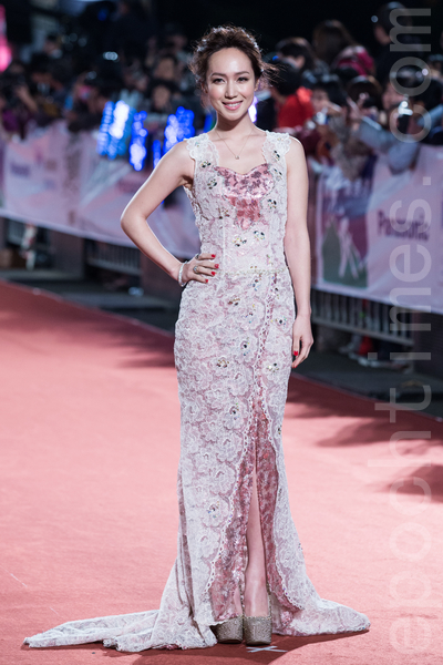 小薰(黃瀞怡) 穿著粉色亮片蕾絲禮服秀出美背,洋溢古典秀麗感。(陳柏州/大紀元)
