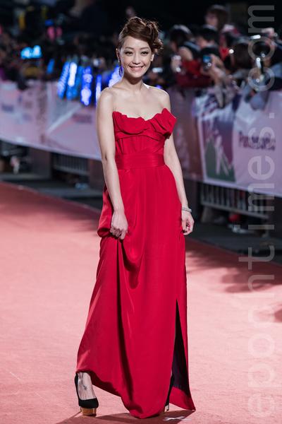 謝欣穎穿著紅色開衩禮服,襯托神秘貓眼,很有個人特色。(陳柏州/大紀元)