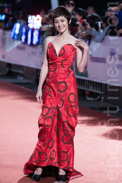 周幼婷以紅色弧形圖紋禮服搭配短髮,大氣搶眼。(陳柏州/大紀元)