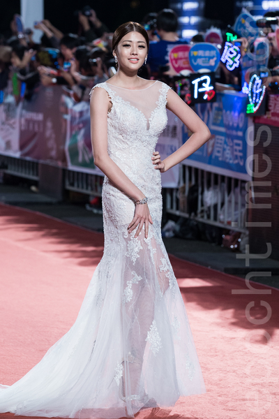 賴琳恩一襲白色蕾絲禮服,展現曼妙好身材。(陳柏州/大紀元)