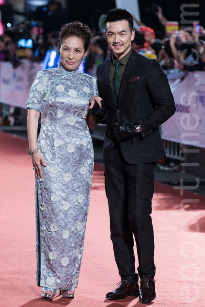 丁也恬一襲銀灰色旗袍搭配翡翠配飾,堪稱「全台灣最美阿婆」。  李沛旭留著小鬍子,展現熟男氣息。(陳柏州/大紀元)