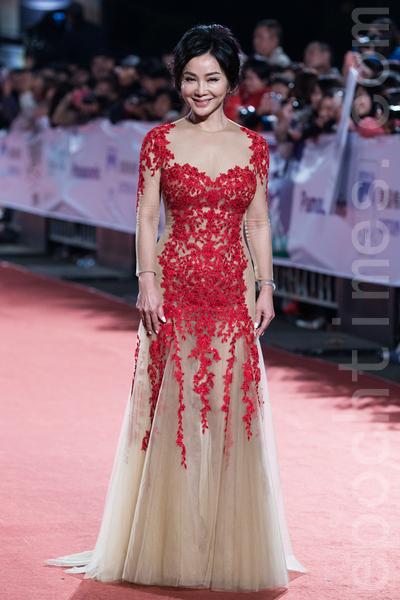 陳美鳳穿著紅色蕾絲拼接裸色紗裙,華貴大氣。(陳柏州/大紀元)