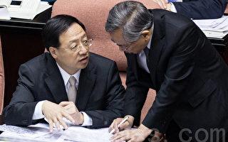對於媒體民調有近六成民眾認為衛福部長邱文達(右)應下台,江揆(左)肯定邱文達,並表示錯在不肖廠商。(陳柏州 /大紀元)