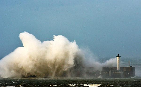 2013年10月28日,大浪拍打法國北部布洛涅港口堤壩。(PHILIPPE HUGUEN / AFP)