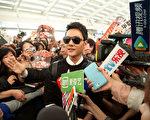 馮紹峰在機場接受採訪。(中天提供)