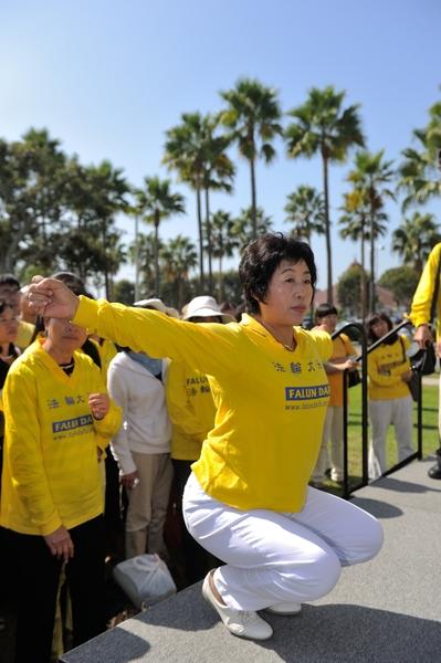 2013年10月20日,法轮功学员王春英洛杉矶集会上演示中共迫害的酷刑(宋祥龙/大纪元)