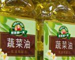 北市衛生局1日稽查販售食用油品場所,查出知名品牌「得意的一天」食用油未標示「調合油」,已要求下架。(陳柏州/大紀元)
