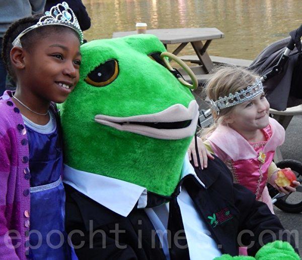 青蛙池塘吉祥物法拉迪受孩子们的欢迎。(摄影﹕杨天仪/大纪元)