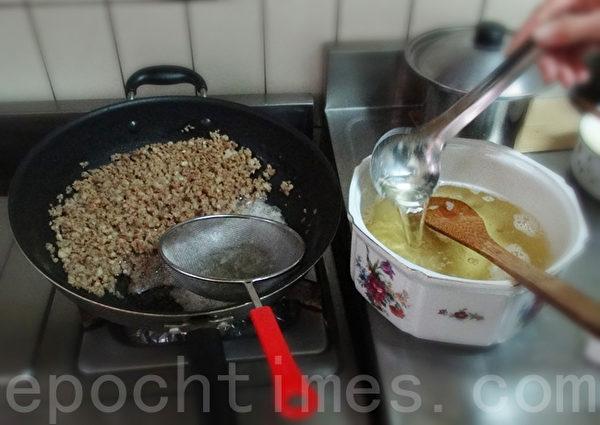 豬板油可自製成黃澄澄的豬油和香酥的豬油渣。(攝影:林秀霞 / 大紀元)