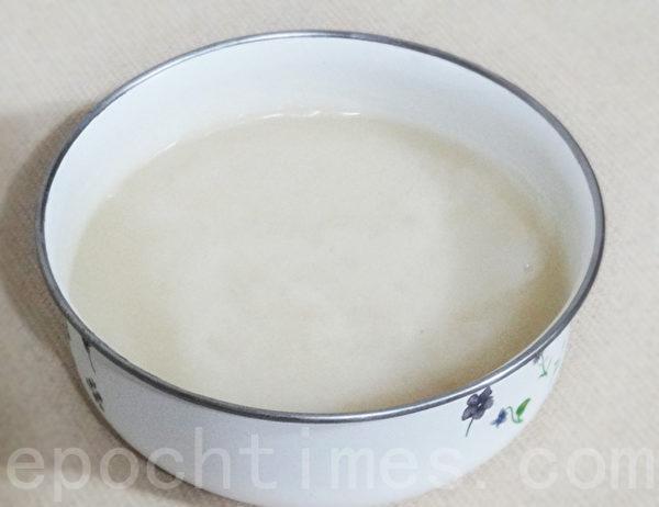 黃澄澄的豬油冷卻後,放入冰箱保存變成雪白的食用油。(攝影:林秀霞 / 大紀元)