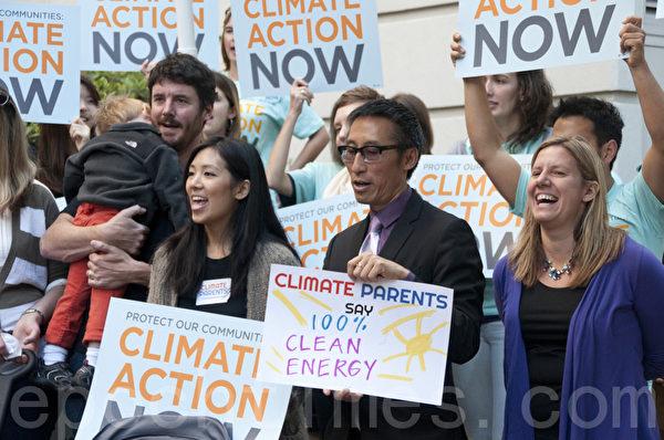11月5日,数十名环保志愿者在美国环保署旧金山办公室前集会,呼吁环保署采取措施限制火力发电。(周凤临/大纪元)