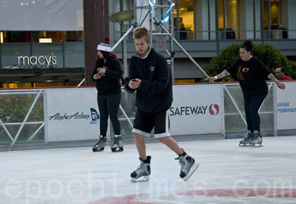 在梅西百货对面的联合广场上的溜冰场的开放,是旧金山假日季开始的标志。(曹景哲/大纪元)