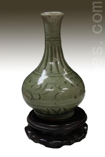宋元汝窑青釉海水纹胆瓶。(摄影:李曼/大纪元)