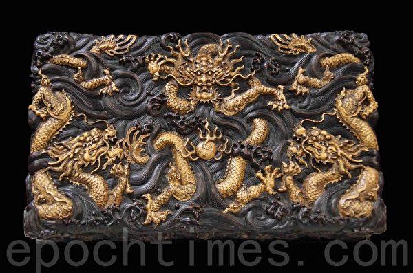 清乾隆紫檀九龙镶嵌黄杨木海水龙纹宝盒。(摄影:李曼/大纪元)
