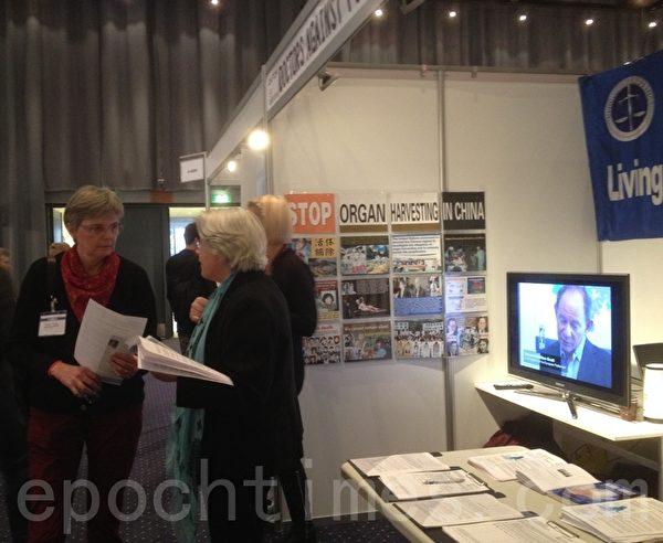"""2013年11月11~15日,丹麦一年一度的""""医生日""""活动(Lægedage)于贝拉中心(Bella Center)举办。丹麦与瑞典法轮功学员作为义务工作者,响应DAFOH组织发起的全球征签活动,为呼吁联合国人权事务高级专员""""要求中国政府立即停止强摘法轮功学员器官""""而设立了展台。展台在展览大厅成为聚焦点,中共活摘器官的罪行引起丹麦医学界的普遍关注与震惊。(摄影:林达/大纪元)"""