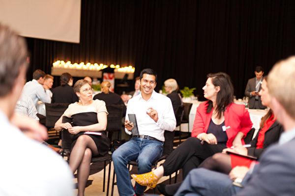 2013年10月23日,首屆Nexus全球財富青年澳大利亞峰會(Sydney Nexus Global Youth Summit)在悉尼舉行,圖為戴索沙與眾人交流。(戴索沙提供)