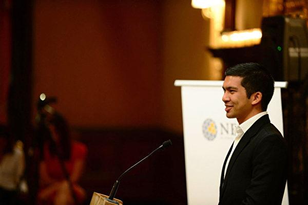 2012年,在紐約舉行的Nexus全球財富青年峰會上,戴索沙在發言。(戴索沙提供)