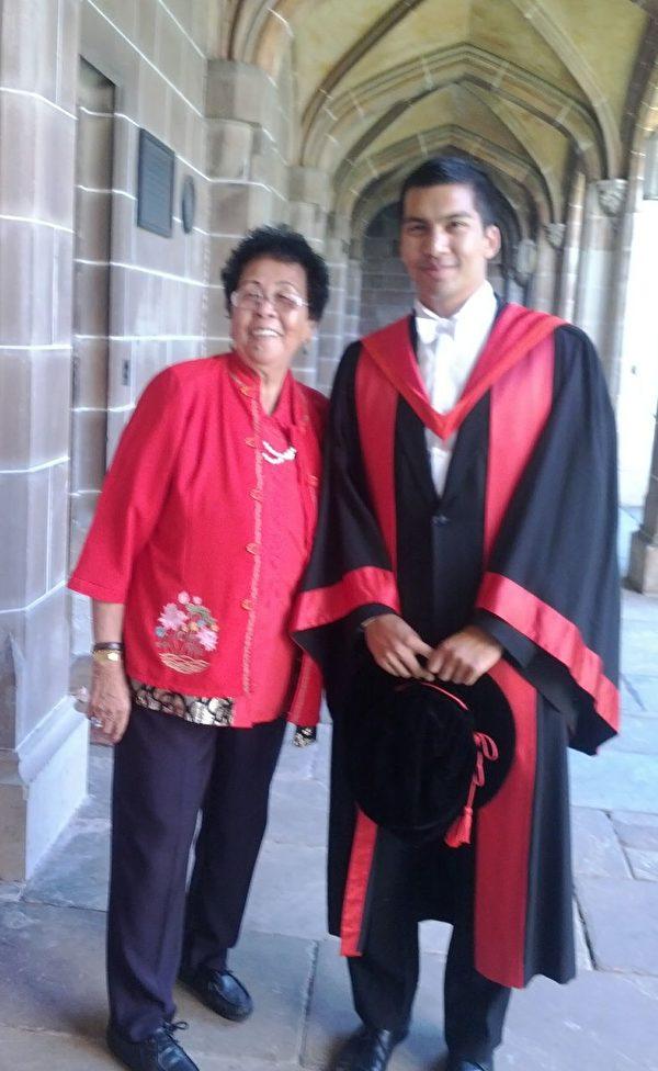 2011年,戴索沙在被授予墨爾本大學學位的典禮後與外祖母合影。(戴索沙提供)