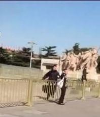 """在今年中共两会代表在人民大会堂召开会议的不远处的毛的寝陵外,家遭强拆被关精神病院七年两个月的上海访民洪玲玲冲破北京公安的重重阻力和严厉戒备,高喊""""打倒共产党!还我家园!""""的口号,表达内心的呼声。(网络图片)"""