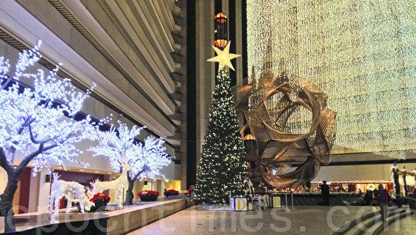 舊金山凱悅酒店中庭的聖誕燈飾已經點亮。(簡妤/大紀元)
