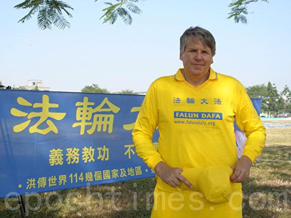參與2013年台灣排字活動的美國學員奇茲(Cris Kitze)。(黃捷瑄/大紀元)