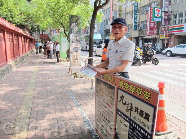76岁的老学员陈朝居挺直脊背,展现大法弟子的风范。(孙帼英/大纪元)