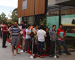 買家中絕大多數是華人,一早展示廳門外還是排起了長龍(攝影:碧蓮達/大紀元)