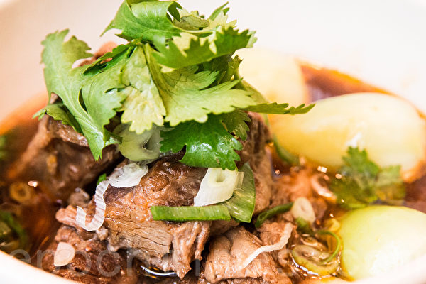 红烧牛肉面择搭配美国牛肉,香辣的汤头搭配美牛的甜味。(陈柏州/大纪元)