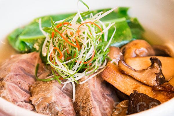 清炖牛肉面搭配澳洲牛肉,让风味强烈的牛肉味道与嚼劲能够凸显。(陈柏州/大纪元)