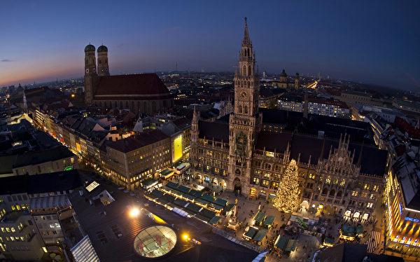 位于慕尼黑市中心玛利亚广场的圣诞市场,本周开张。作为德国圣诞传统中重要的一部分,销售热葡萄酒、果子蛋糕和圣诞树装饰品等节日必备的圣诞市场在全德范围内开张。(Joerg Koch/Getty Images)