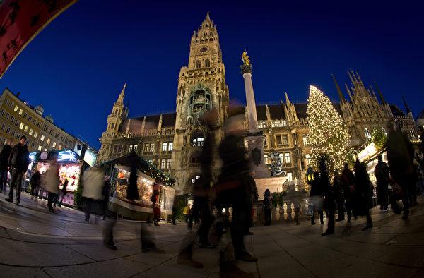 位于慕尼黑市中心玛利亚广场的圣诞市场,吸引了大量民众。作为德国圣诞传统中重要的一部分,销售热葡萄酒、果子蛋糕和圣诞树装饰品等节日必备的圣诞市场在全德范围内开张。(Joerg Koch/Getty Images)