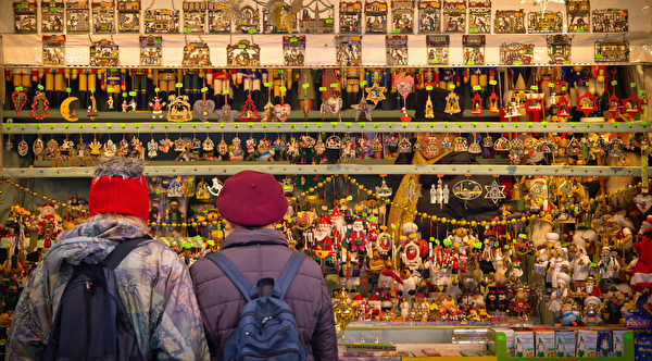 慕尼黑圣诞市场中的各色商品,令人目不暇接。作为德国圣诞传统中重要的一部分,销售热葡萄酒、果子蛋糕和圣诞树装饰品等节日必备的圣诞市场在全德范围内开张。(Joerg Koch/Getty Images)