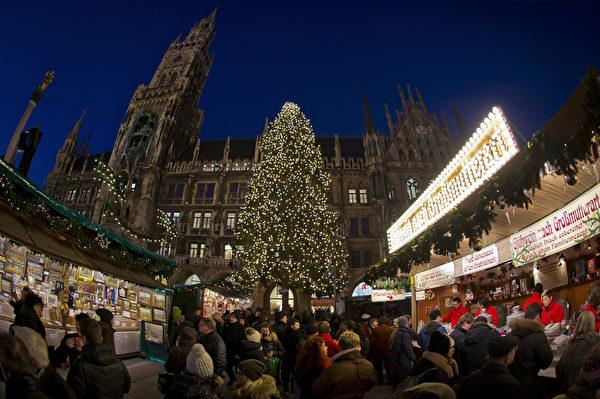 慕尼黑圣诞市场中人头攒动。作为德国圣诞传统中重要的一部分,销售热葡萄酒、果子蛋糕和圣诞树装饰品等节日必备的圣诞市场在全德范围内开张。(Joerg Koch/Getty Images)