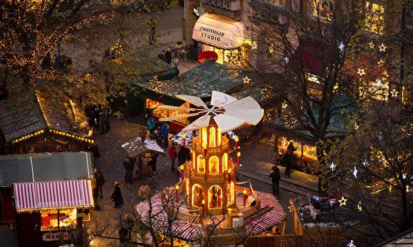 慕尼黑圣诞市场中充满了浓厚的圣诞节日气氛。作为德国圣诞传统中重要的一部分,销售热葡萄酒、果子蛋糕和圣诞树装饰品等节日必备的圣诞市场在全德范围内开张。(Joerg Koch/Getty Images)