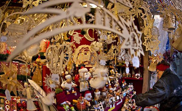 慕尼黑圣诞市场中玲琅满目的各色商品。作为德国圣诞传统中重要的一部分,销售热葡萄酒、果子蛋糕和圣诞树装饰品等节日必备的圣诞市场在全德范围内开张。(Joerg Koch/Getty Images)