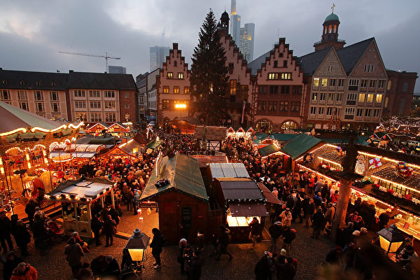 德国最古老的圣诞市场之一的法兰克福圣诞市集,本周同其它德国重镇一同,在众望所盼中闪亮登场。(Hannelore Foerster/Getty Images)