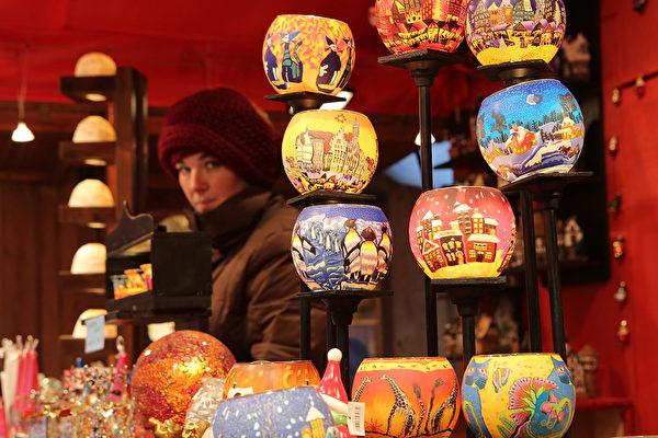德国最古老的圣诞市场之一的法兰克福圣诞市集,本周同其它德国重镇一同,在众望所盼中闪亮登场。市集中陈列的灯笼,五花八门。(Hannelore Foerster/Getty Images)