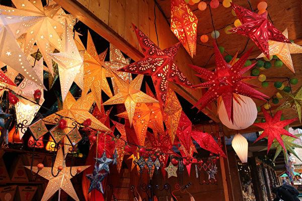 德国最古老的圣诞市场之一的法兰克福圣诞市集,本周同其它德国重镇一同,在众望所盼中闪亮登场。市场中陈列的饰品,令人眼花缭乱。(Hannelore Foerster/Getty Images)