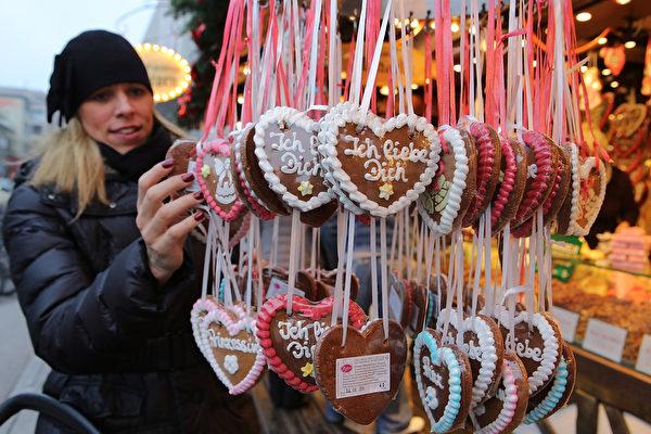 德国最古老的圣诞市场之一的法兰克福圣诞市集,本周同其它德国重镇一同,在众望所盼中闪亮登场。27日开张当日,便吸引来大量民众前来挑选商品。(Hannelore Foerster/Getty Images)