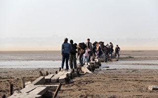 鄱阳湖逼近极枯水位 三峡蓄水加剧枯水困局