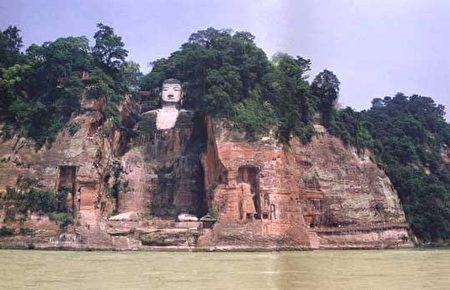 四川乐山大佛像曾几次闭了眼流泪,每一次流泪,都和人间的劫难相连。(履安/大纪元)