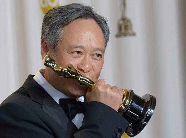 2月24日晚,凭借3D电影《少年Pi的奇幻漂流》,台湾导演李安获得第85届奥斯卡最佳导演奖,该片还同时荣获最佳摄影、最佳原创音乐和最佳视觉效果奖。(JOE KLAMAR/AFP/Getty Images)