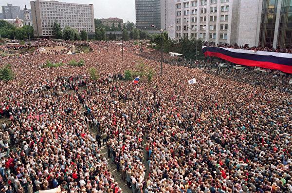 1991年8月22日,约有100万名俄罗斯联邦总统叶利钦支持者在莫斯科庆祝为期三天的政变推翻戈尔巴乔夫。(DIMA KOROTAYEV / AFP)