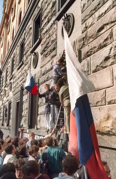 1991年8月20日,在莫斯科克格勃总部,示威悬挂俄罗斯国旗。(ANATOLY SAPRONENKOV / AFP)