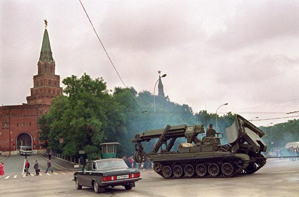 1991年8月21,苏共解体,陆军坦克离开克里姆林宫。(VITALY ARMAND / AFP)