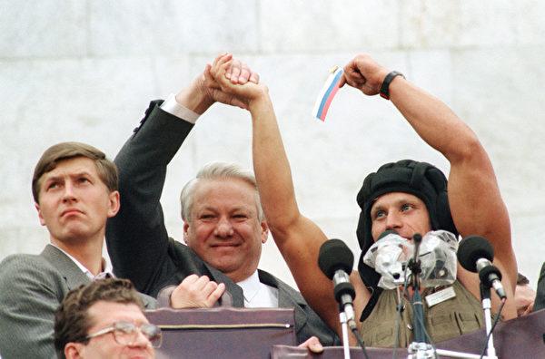 1991年8月22,戈尔巴乔夫为期三天的政变失败,约有100万名俄罗斯联邦总统叶利钦(中)支持者在莫斯科庆祝。(ANATOLY SAPRONENKOV / AFP)